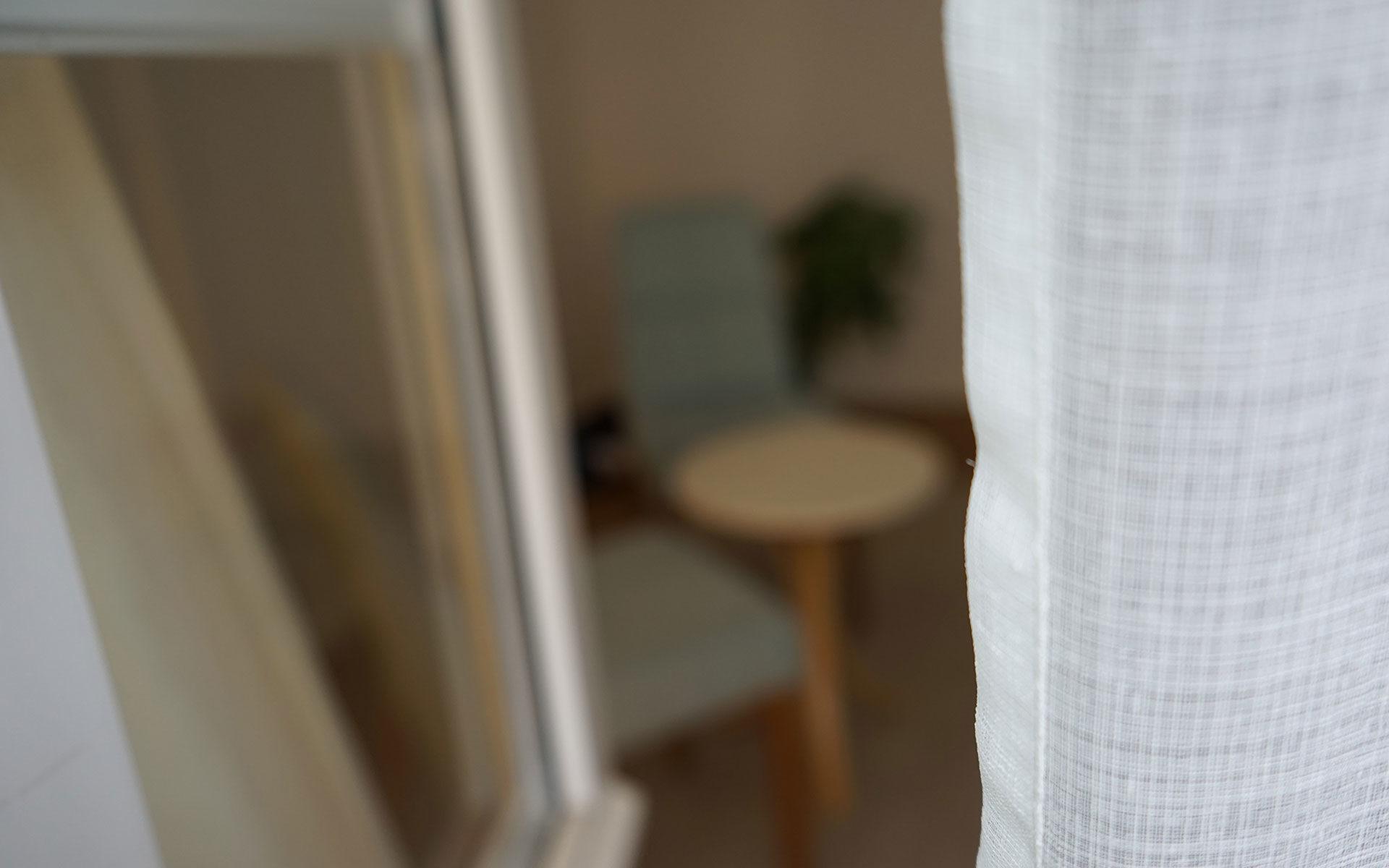 Katharina Sommer Osteopathie Fenster mit Vorhang Blick in Behandlungsraum
